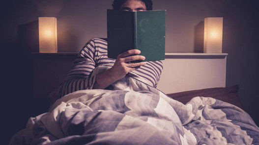 """Ler Antes de Dormir Uma hora de leitura quase toda noite. """"É parte do processo de cair no sono"""", disse o bilionário Bill Gates ao Seattle Time. Informativos e bem escritos são seus títulos preferidos e as áreas que mais o interessam vão de saúde a meio ambiente e claro, política e negócios. O bilionário também gosta de recomendar livros cuja leitura considera indispensável"""